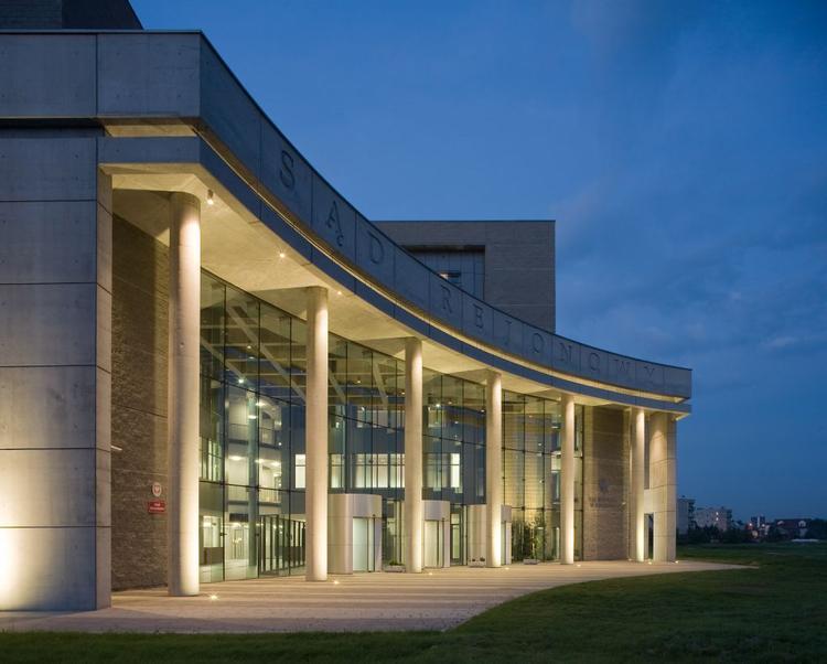 nowoczesny-budynek-sadu